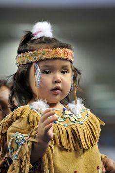 Ein Mädchen der Athabasken präsentiert im Rahmen eines Wettbewerbs anlässlich der World Eskimo-Indian Olympics 2012 in Fairbanks traditionelle Bekleidung, die von der Familie handgefertigt wurde. Weitere Infos zur Veranstaltung unter http://www.weio.org