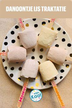 IJsjes kan je altijd trakteren op school of op je kinderfeestje! Niet alleen echte ijsjes, maar ook traktaties die op ijsjes lijken. Dezecoronaproof Danoontje ijsjes bijvoorbeeld. Nog meer ijstraktaties lees je in mijn blog. School, Breakfast, Cake, Blog, Morning Coffee, Kuchen, Blogging, Torte, Cookies