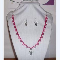 Collar 78: hilo fucsia con perlas y hadas. Con aros. Ch$6.000.