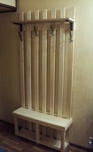 Такая деревянная вешалка в прихожую заменит собой громоздкий шкаф – отличное решение для небольших помещений