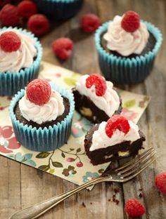 Er der noget bedre end en god og syndig chokoladekage, der er både blød, saftig og smagfuld? Det skulle da lige være en med hindbærcreme og friske efterårshindbær.