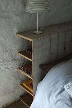Tête de lit en bois de palette comprenant des rangements, de quoi remplacer les tables de nuit !