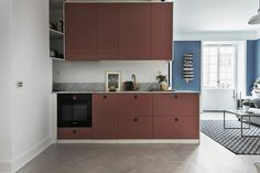 Gravity Home, Source: Skandia Mäklarna Gravity Home, Compact Living, Red Kitchen, Blue Walls, Joinery, Home Kitchens, Kitchen Cabinets, Minimalist, House Styles