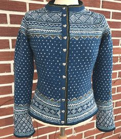 Ravelry: Frøya pattern by Helle Siggerud Knitting Projects, Ravelry, Knitting Patterns, Knit Crochet, How To Make, How To Wear, Leather Jacket, Wool, Sewing