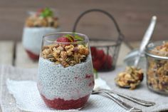 Jogurtový chia pudink s malinami a domácí granolou