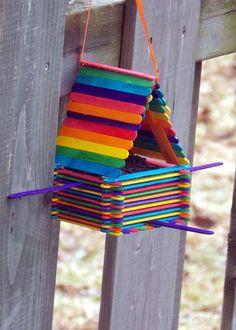ausgefallene gartendeko selber machen upcycling ideen diy deko windspiel sitbank aus holzstäbchen vogelfutterhaus