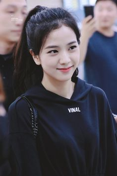 Who is Jisoo from Blackpink? Korean singer Jisoo is one of the lead singers in K-Pop band, Blackpink. The became a YG Ent. Kim Jennie, Jenny Kim, Blackpink Jisoo, Kpop Girl Groups, Korean Girl Groups, Kpop Girls, Divas, Forever Young, Black Pink ジス