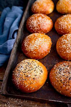 How to make soft and fluffy brioche buns that don't fall apart with that juicy burger! Bun Burger, Burger Bread, How To Make Burgers, Brioche Rolls, Brioche Bun, Brioche Recipe, Bread Winners, Homemade Hamburgers, Bread Bun