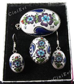 Mitglied von No need to search, Iznik à . Ceramic Jewelry, Tile Art, Ceramic Vase, Jewelry Art, Pottery, Fancy, Pendant Necklace, Drop Earrings, Metal