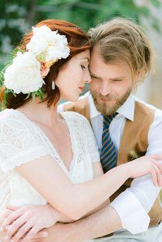 A unique and romantic Mediterreanean inspired wedding photoshoot celebrating modern love. #modernweddingphotos #couplesphotography #modernbridalinspiration #elegantbridalinspiration