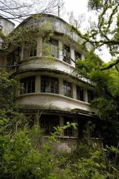 Pictures of old abandoned buildings Old Abandoned Buildings, Abandoned Property, Abandoned Asylums, Old Buildings, Abandoned Places, Abandoned Homes, Abandoned Castles, Spooky Places, Haunted Places