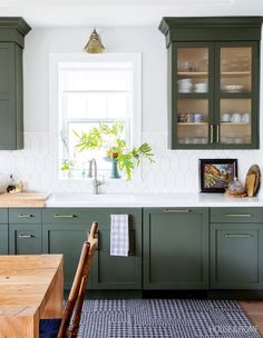 Home Renovation Kitchen Designer Francesca Albertazzi makes a case for colored cabinets in her renovated childhood home. Kitchen Trends, Small Kitchen, Kitchen Remodel, Kitchen Decor Trends, Painted Kitchen Cabinets Colors, Green Kitchen Cabinets, Home Kitchens, Kitchen Renovation, Kitchen Design