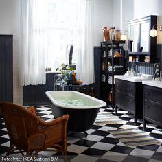Einer freistehenden Badewanne mitten im schwarz-weiß gefliesten Badezimmer wird ein besonderer Platz zuteil. In einer antikisierten Gusseisenform mit Löwenfüßen…