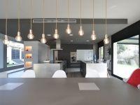 Proyecto de interiorismo y decoración para una casa open space situada en Bellaterra, donde el interior se abre al exterior con grandes ventanas de cristal.