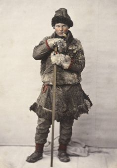 Sami man in a winter coat of fur (pesk) from Salten in Nordland County, Norway. En samisk mann i pesk fra Salten i Nordland. Foto av Marcus Selmer, 1857-1870