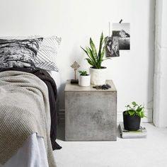 tolles modell - beton tisch neben dem bett im schlafzimmer