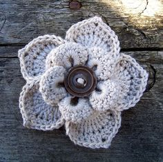 Love the button in the center of the flower! Very creative.   innovart en crochet: Practiquemos flores!!!!