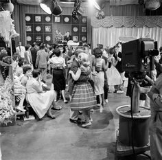 1-1- in 1959: For the first time, ABC-TV's teen dance program American Bandstand leads the US daytime television ratings.