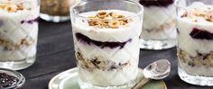 Feestelijke ontbijttrifle met jam, noten, muesli en yoghurt product foto