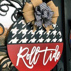 Alabama Door Hanger, Alabama Decor, Football Door Hangers, Alabama Crafts, Football Decor, Football Crafts, Alabama Football Wreath, Painted Doors, Wooden Doors