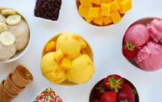 Skip the store-bought ice cream in favor of a quick-fix recipe for any flavor of Greek frozen yogurt that takes just 5 minutes to make. Greek Frozen Yogurt Recipe, Homemade Frozen Yogurt, Healthy Frozen Yogurt, Frozen Yogurt Bites, Healthy Treats, Healthy Desserts, Easy Desserts, Delicious Desserts, Dessert Recipes