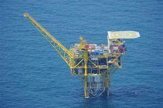 外務省が6日公表した中国の海洋プラットホーム (第12基)=防衛省提供