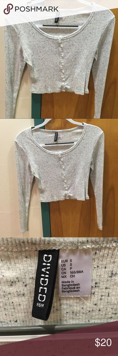 H&M Divided speckled grey crop top with buttons H&M Divided speckled grey crop top with buttons down the entire front. Nice and comfy stretchy material. Only worn a few times so in great condition. H&M Tops Crop Tops