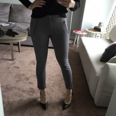 Banana Republic Skinny Legging Pants Stretchy and skinny gray trousers with ankle fit. No back pockets and very flattering. Zipper details. Only worn a couple times. Open to offers. Banana Republic Pants Ankle & Cropped