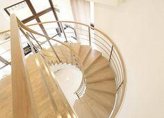 Nowoczesne schody w pokoju dziennym 2