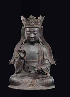 "A bronze figure of crowned Buddha, China, Ming Dynasty, 17th century - h cm 46 - [...], mis en vente lors de la vente ""Fine Chinese Works of Art (Milano)"" à Cambi Casa d'Aste 
