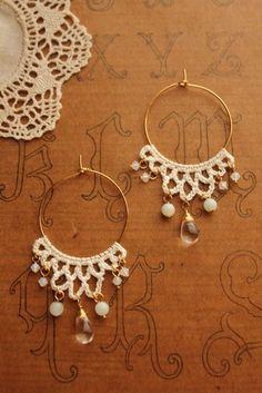 Get 30 crochet earring patterns for free. Bracelet Crochet, Crochet Earrings Pattern, Crochet Jewelry Patterns, Crochet Accessories, Tatting Jewelry, Tatting Lace, Textile Jewelry, Fabric Jewelry, Jewellery