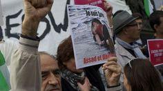 Un manifestant qui soutient les migrants brandit une pancarte avec la photo du petit Aylan à Paris le 5 septembre 2015. [Patrice Pierrot - CITIZENSIDE/AFP]