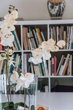 #witte #bloem #lunchruimte #boekenkast #bureau #kantoor #inspiratie #office #inspiration #interieur #wit #white - Wij zoeken een Webredacteur stagiair(e)  Als stagiaire op de redactie afdeling van Woelt Magazine ga jij op zoek naar interessante onderwerpen zowel online als offline, schrijf je artikelen en help je ons om Woelt Magazine door heel Nederland bekend te maken. Je zult pro-actief mee moeten denken en werken aan de inhoud en marketing van Woelt Magazine.