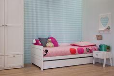 Dit witgelakte, Lifetime bed met een strak, modern design is een hip tienerbed. Het onderschuifbed is een handig logeerbed.