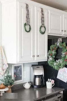 Gorgeous Kitchen Decor with DIY Christmas Kitchen Wreaths! Diy Christmas Kitchen, Christmas Home, Merry Christmas, White Christmas, Christmas Ideas, Decorating Your Home, Diy Home Decor, Holiday Decorating, Outdoor Christmas Decorations