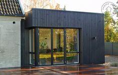 To små tilbygninger med stor virkning, Facade Family House Plans, Garden Buildings, House Design, Facade Design, Exterior House Colors, House Extensions, House In The Woods, Windows And Doors, Shed