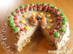 Nydelig mandelkake dekket med masse luftig krem med smak av kaffe og sjokolade! Norwegian Food, Norwegian Recipes, Recipe Boards, Let Them Eat Cake, Scones, Granola, Cake Recipes, Food And Drink, Pudding