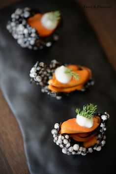 Sun tart with tomato caviar - Clean Eating Snacks Canapes Gourmet, Canapes Recipes, Gourmet Recipes, Cooking Recipes, Appetizers, Canapes Catering, Modern Food, Mini Foods, Aesthetic Food