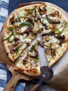 Pizza! Med biff og paprika og en deilig hvit saus toppet med ost. Skikkelig digg pizza altså! Quiche, Tasty, Yummy Food, Pizza Recipes, Vegetable Pizza, Nom Nom, Vegetarian, Baking, Dinner