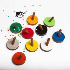 Dass dieser Haken gute Laune verbreitet, ist nicht gelogen, Pinocchio! Der Wandhaken ist gerade neu produziert in den Farben schwarz, hellgrau, weiß, neongelb, hellorange, orange, rot, apfelgrün, grasgrün und blau erhältlich.Maße: Durchmesser 5cm, h=12mm Material: Holz (Rüster farbig lackiert)Perfekt für´s Kinderzimmer, am Schreibtisch, in der Küche, am Eingang für die Schlüssel, im Bad für die Handtücher und und und.