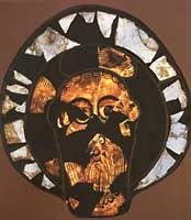 Les origines du vitrail: Fragment de tête, 9°s, provenant de l'abbaye de LORSCH.- VITRAIL, 4: Des témoignages laissent supposer que l'art du vitrail était pratiqué chez les musulmans à partir du 8°s. Les plus vieux spécimens connus en Occident sont les fragments d'une tête découverte à LORSCH (9-10°s, musée de Darmstadt) et la tête de Wissembourg (v 1060, musée de Strasbourg).