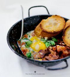 Jajka zapiekane z pomidorami i pieczarkami