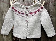 Baby Knitting Patterns Little Hearts is a simple baby cardigan that features a sweet colorwork heart yoke detail. Baby Cardigan, Cardigan Bebe, Cardigan Pattern, Crochet Cardigan, Baby Vest, Baby Knitting Patterns, Knitting For Kids, Baby Patterns, Crochet Patterns