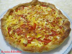 La torta salata con peperoni e formaggio racchiude in un friabile guscio di pasta sfoglia un delizioso morbido ripieno di peperoni e formaggio irresistibile