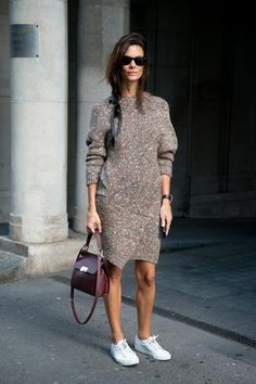 street style looks with skirts and sneakers Skirt And Sneakers, Sneakers Looks, Modest Fashion, Fashion Outfits, Womens Fashion, Simple Outfits, Fall Outfits, Estilo Navajo, Fashion Weeks