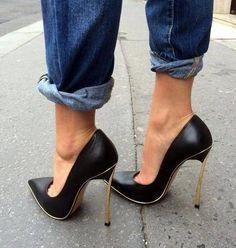 Black pumps and toe cleavage #blackhighheelswedges