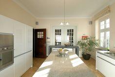 Helle Küche mit großem Marmortresen in der Mitte. Innenraumgestaltung durch die Uwe Walter Malerhandwerk GmbH in Dortmund (44269) | Maler.org