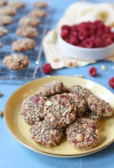 These Peanut Butter & Jelly Vegan Breakfast Cookies are delicious Low Sugar Healthy Cookie that you will be happy to offer morning, noon or night! Jelly Cookies, Oatmeal Cookies, Gluten Free Cookies, Healthy Cookies, Cookie Crisp, Freeze Dried Raspberries, Healthy Vegan Breakfast, Cookie Calories, Snack Recipes