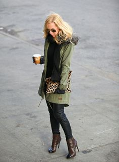 loving the leather pants with the cargo jacket, chunky knit scarf and leopard clutch Fall Winter Outfits, Autumn Winter Fashion, Winter Style, Brooklyn Blonde, Zara Outfit, Cold Weather Fashion, Pretty Outfits, Casual Chic, Passion For Fashion