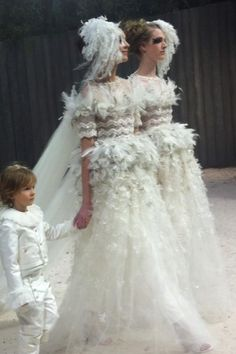 Twitter / valerietoranian : Deux mariées en final du défilé Chanel .......